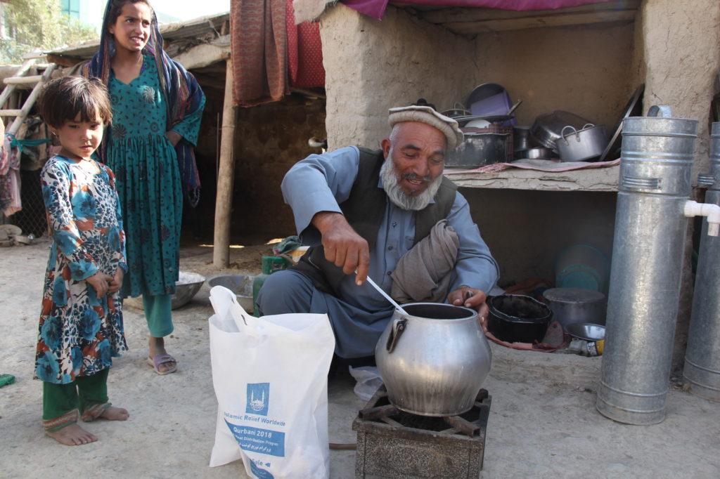 Housain preparando la carne de udhiya para su familia