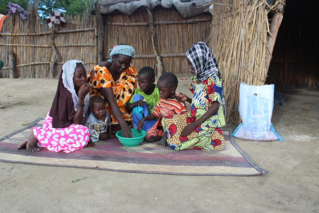 Zaynab, viuda y madre de cinco hijos en Chad recibe el paquete de carne de Udhiya de Islamic Relief - Zaynab de Chad celebra el Eid con sus 5 hijos con Islamic