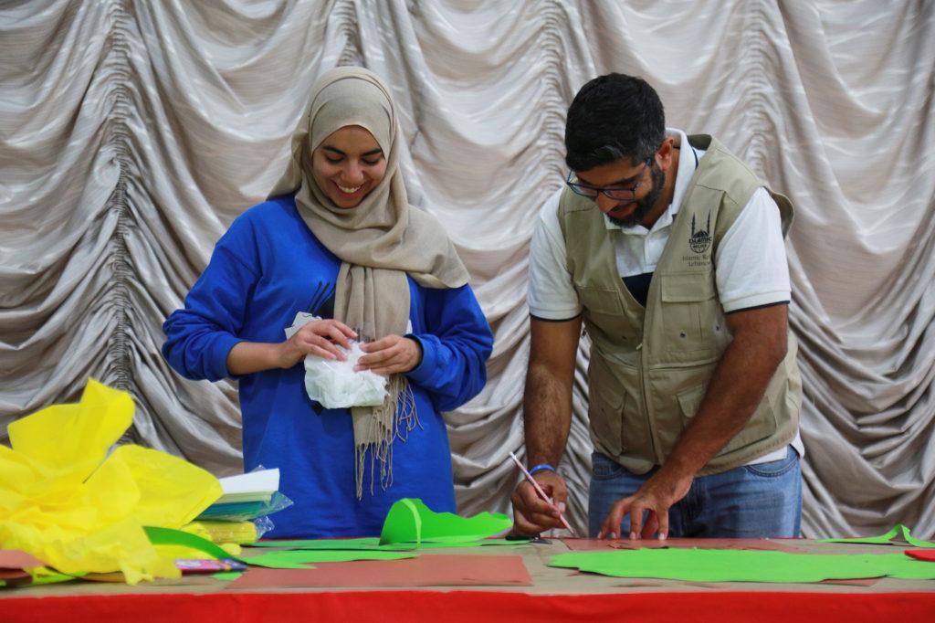 Voluntarios preparando manualidades para el campamento