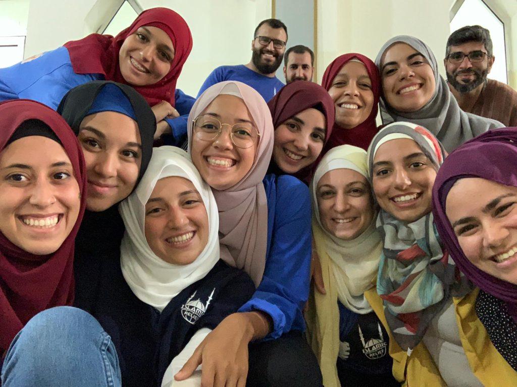 Voluntarios y trabajadores sonriendo a la cámara