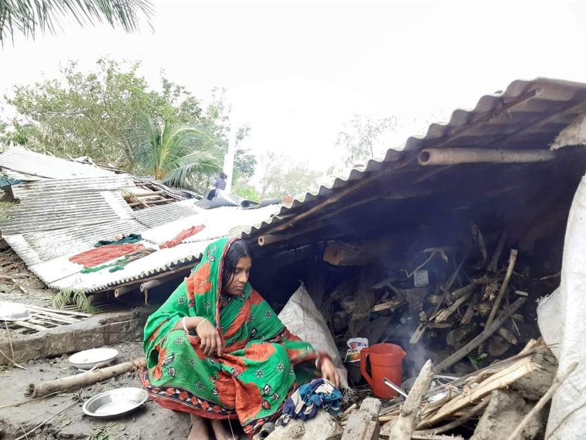 Una mujer observa lo que queda de su hogar tras el ciclón