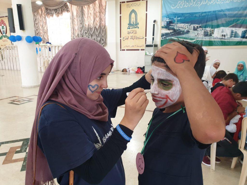Hatim, un refugiado sirio, pidió que se le pintara la cara como al Joker