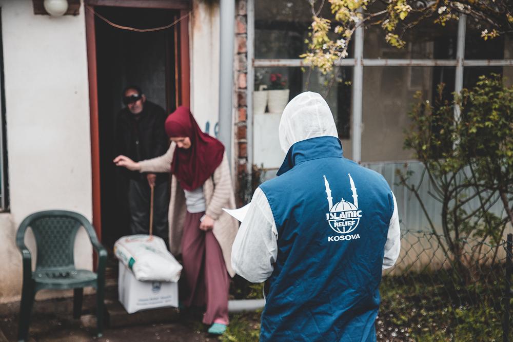 Repartos de alimentos a familias en Kosovo