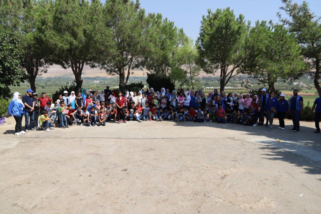 Foto grupal de todos los niños refugiados con el personal y voluntarios de Islamic Relief