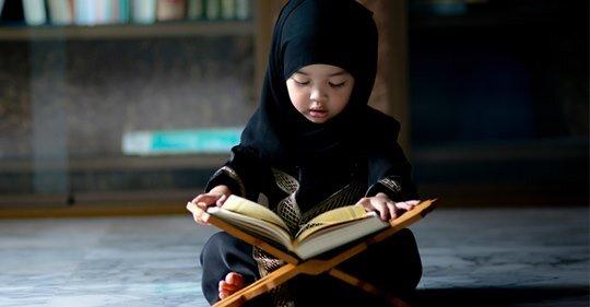 Niña leyendo el Corán