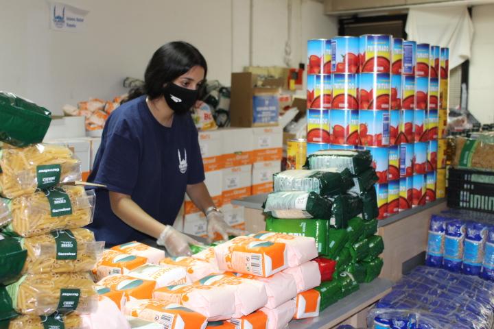 Voluntaria preparando los paquetes de alimentos