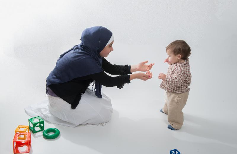 Niña jugando con su hermano