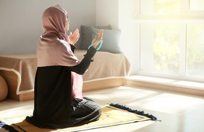 Mujer realizando dhikir encima de una alfombra