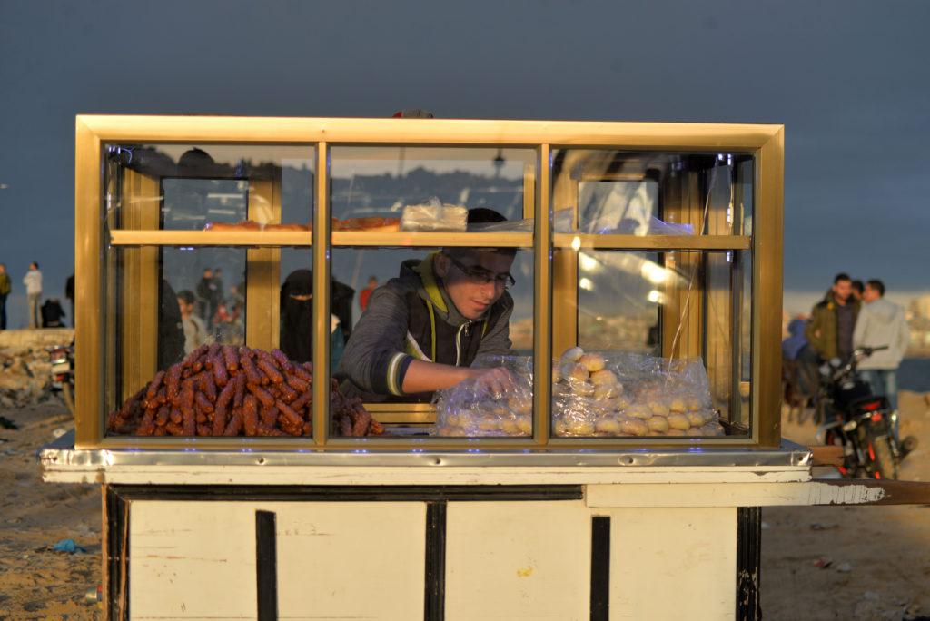 Un kiosko de comida dirigido por un joven emprendedor de Gaza