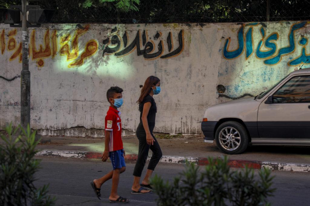 Niños caminando por las calles de Gaza