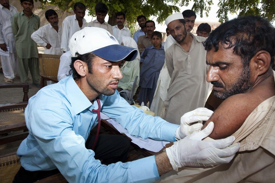 Trabajador de Islamic Relief Pakistán atendiendo a un paciente