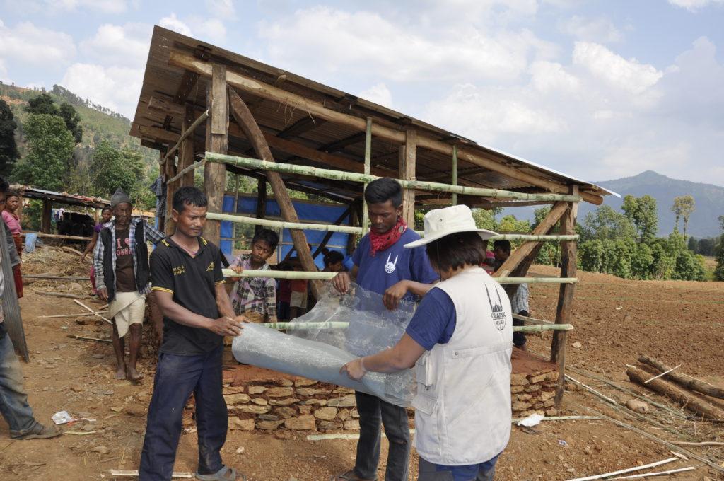 Trabajadores de Islamic Relief reconstruyendo zonas destruidas