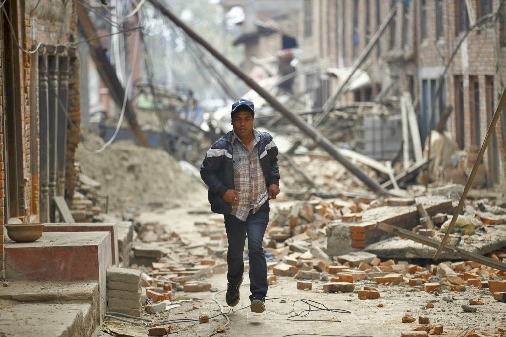 Persona corriendo para protegerse de la emergencia