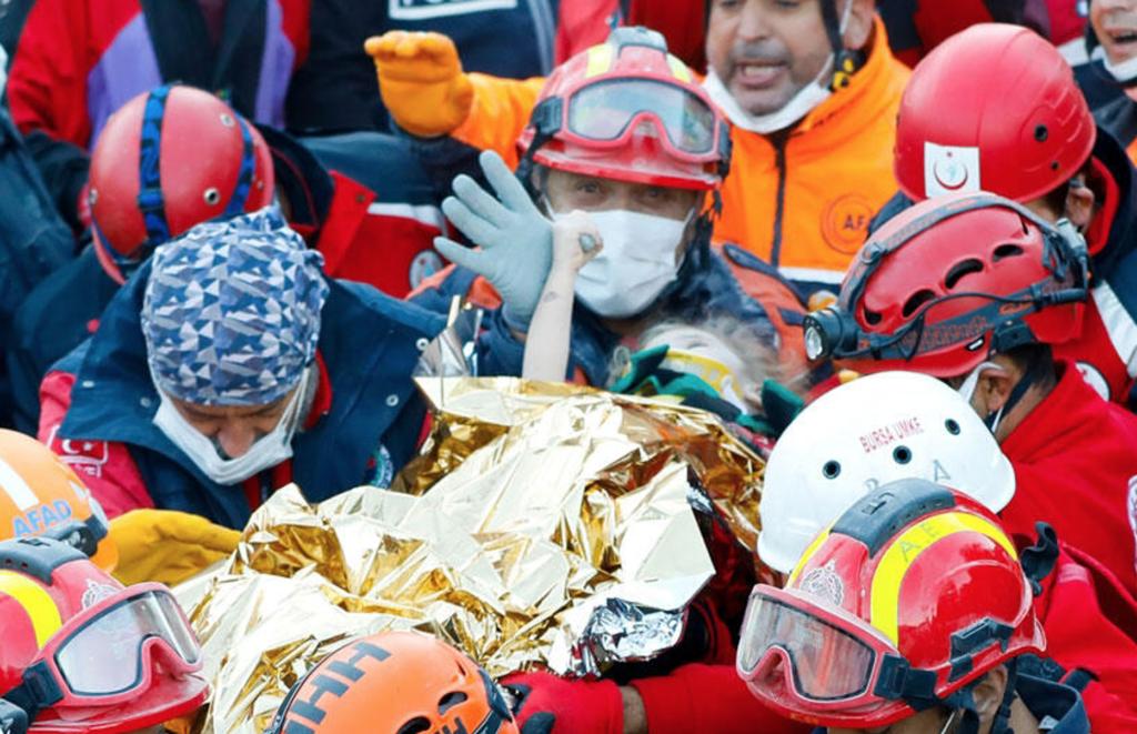 Trabajadores rescatando a las personas afectadas en Turquía