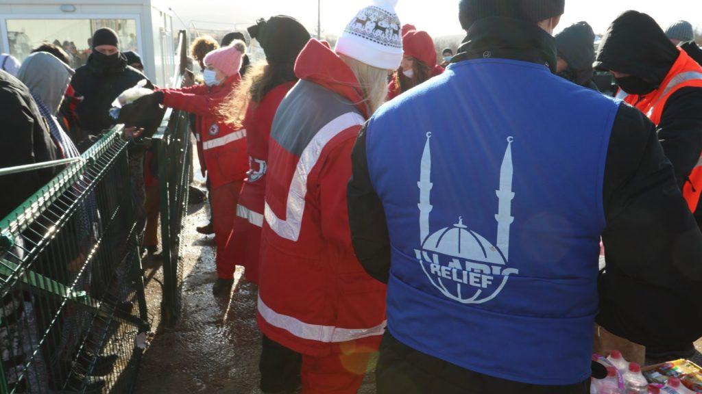 Ofreciendo ayuda humanitaria en los campos de refugiados en Bosnia