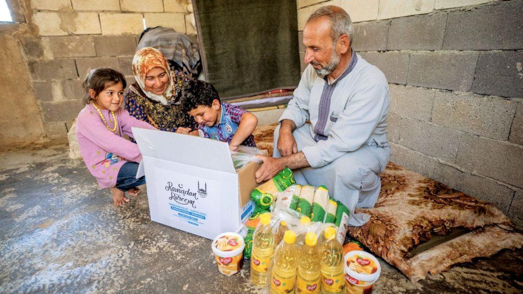 Familia Siria recibiendo el paquete de alimentos de Ramadán