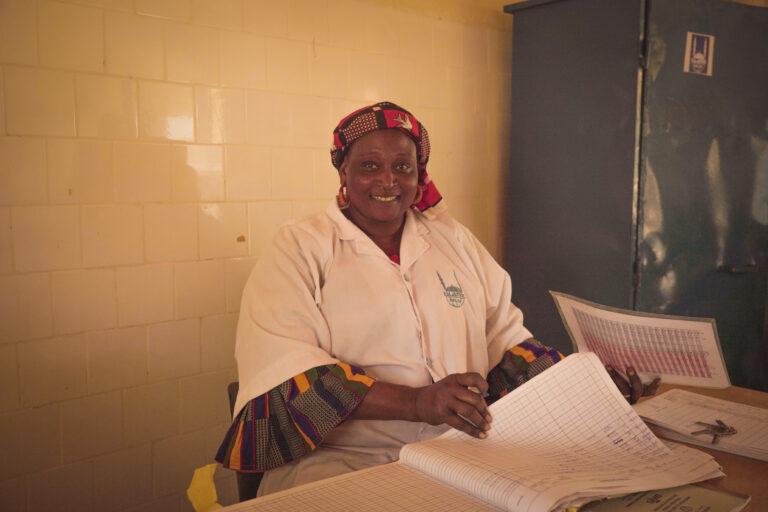 Saley Fati Hanouma, enfermera empleada por Islamic Relief en el centro nutricional.