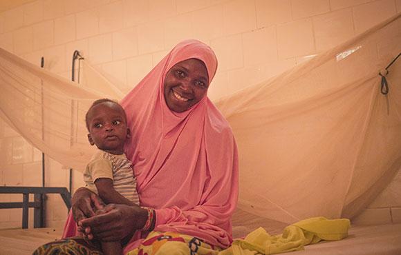Hawa con su hijo en Niger
