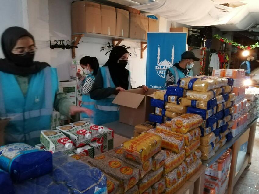Voluntarios de Islamic Relief España preparando paquetes de alimentos