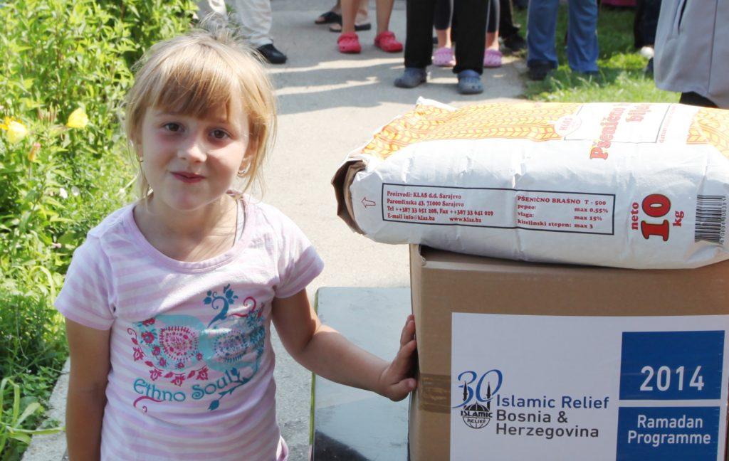 Niña bosnia con los paquetes de alimentos de Ramadán de Islamic Relief